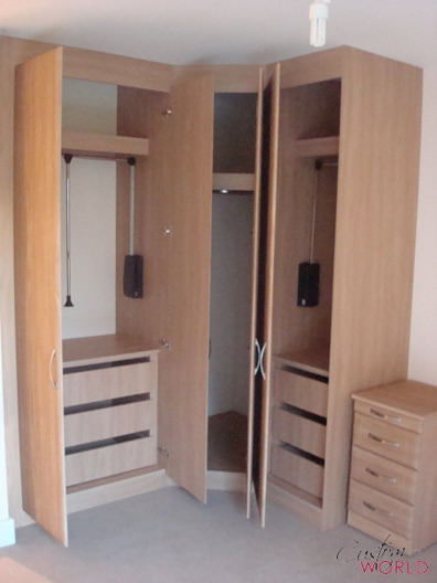 Hinged wardrobe with pull-down rails