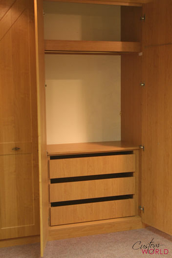 Wardrobe with internal drawers